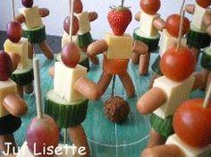 Traktatie: voetbalmannetjes van komkommer, kaas, worst en druiven of tomaatjes
