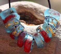 Up-Cycling verwandelt sich Dinge in andere Dinge... Das ist wie Magie  UPCYCLED BOMBAY GOLD ROUGE CHARM Perlen ~ 24 k Gold und Emaille akzentuiert Glas Bio Stil Charme aus Bombay Sapphire Flasche Glas gefertigt. Einige geätzt, Matt, etwas glänzend. OOAK Foto ähnlich sind.  ♡ Jede Bestellung beinhaltet (10) 5 x 9-10mm Perlen mit 4,5 mm Perle Löcher, die alle Euro-Ketten, Leder und Faser gerecht zu werden. ♡ Versandkostenfrei (World Wide mit Tracking). ♡ MTO geben zwei Wochen für die…