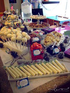 Decoração de festa de aniversário com o tema Frozen. Muitas guloseimas.