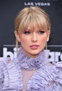 Taylor Swift attends the 2019 Billboard Music Awards at MGM Grand Garden Arena on May 1 2019 in Las Vegas Nevada Taylor Swift Make-up, Taylor Swift Bangs, Estilo Taylor Swift, Long Live Taylor Swift, Taylor Swift Pictures, Taylor Swift Hairstyles, Tyler Swift, Swift 3, Billboard Music Awards