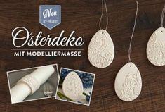 DIY: edle Osterdeko oder Serviettenringe mit Modelliermasse selber machen. Tutorial und Materialliste findet Ihr hier: https://www.deko-kitchen.de/diy-edle-osteranhaenger-und-serviettenringe-selber-machen/