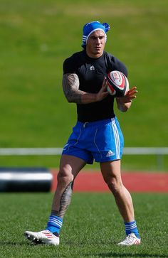 Even the #rugby pros keep their eyes on the ball! Sonny Bill Williams Photos: All Blacks Training Session