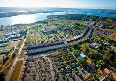 ICC (Instituto Central de Ciências), principal prédio da UnB (Universidade de Brasília), projetado por Oscar Niemeyer. O edifício começou a ser construído em 1963 e ficou pronto em 1971. Ao fundo da imagem, o Lago Paranoá - Bento Viana