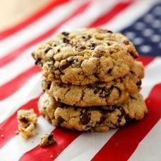 Chocolate Chip Cookies eli amerikkalaiset suklaacookiet valmistetaan näin:   Sekoita keskenään jauhot, sooda ja suola. Chocolate Recipes, Chocolate Chip Cookies, Sweet Recipes, Cookie Recipes, Biscuits, Sweet Tooth, Cupcakes, Candy, Baking