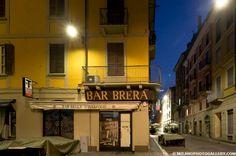 Un'alba d'inizio agosto nei vicoli ancora addormentati di Brera: l'ha raccontata attraverso le immagini il fotografo Daniele Carrera, che da anni