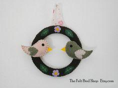 Ghirlanda primaverile  in feltro con uccellini. di TheFeltBirdShop