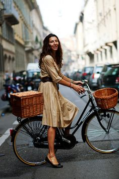67 Ideas for city bike style cycle chic baskets The Sartorialist, Cycle Chic, Bici Retro, Velo Retro, Retro Bicycle, Women's Cycling, Cycling Jerseys, Anjou Velo Vintage, A Well Traveled Woman