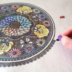 .. Tangle Doodle, Doodles Zentangles, Doodle Art, Doodle Inspiration, Artist Sketchbook, Crayon, Art Plastique, Mandala Art, Pencil Art