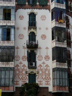 Esgrafiados fachada de la Casa Llopis Bofill. Arquitecto Antoni Maria Gallisà. Calle València 339. Barcelona. Cataluña. (España)