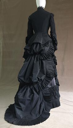 Victorian dress- 1880 mourning dress - All About 1880s Fashion, Edwardian Fashion, Vintage Fashion, Vintage Gowns, Vintage Outfits, Funeral Dress, Mourning Dress, Bustle Dress, Fashion History