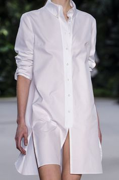 The Perfect White Shirt fuses exquisite craftsmanship with femininity, impeccable cuts with comfort, shirt perfection for women. Simply choose your Perfect White Shirt. Fashion Week Paris, Fashion Fall, London Fashion, Trendy Fashion, Womens Fashion, Only Shirt, Classic White Shirt, Maxi Robes, Couture