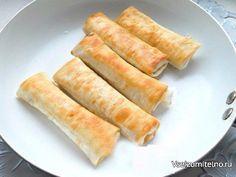 """Лаваш, жареный с сыром  Ингредиенты: - лаваш тонкий - 2 шт. - сыр """"Моцарелла"""" - 50 г - сыр твердый - 50-70 г - лук зеленый, петрушка - по 0,5 пучка - сметана - 2-3 ст. л. - майонез домашний - 1 ст. л. - соль, смесь перцев - по вкусу - масло растительное для обжаривания  Приготовление: Моцареллу порезать небольшими кусочками, добавить натертый на крупной терке твердый сыр.Зелень измельчить и добавить к сыру.Добавить сметану и майонез, посолить все и поперчить. Хорошенько массу перемешать…"""