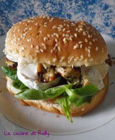 Burger poulet, miel et sauce crémeuse au chèvre
