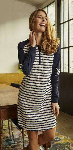 Ringella Women Nachthemd 6411008 Ganz trendig kommt dieses Nachthemd daher. Das modische Ringel-Dessin wird mit unifarbenen Ärmeln kombiniert. Ein besonderes Highlight sind die Sternpads auf den Ärmeln