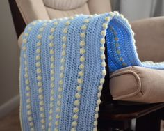 Free baby blanket crochet pattern with beginner friendly instructions and photo tuturial. Half-double crochet and bobble stitch pattern. Double Crochet Baby Blanket, Blue Baby Blanket, Baby Afghan Crochet, Crochet Blanket Patterns, Knitting Patterns, Crochet Blankets, Baby Afghans, Bobble Crochet, Bobble Stitch
