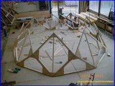 fabrication d'un Zome 9 avec des stagiaires en formation charpente.  Le zome des hommes bien charpentiers.