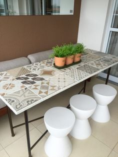 Mesa de porcelanato no apartamento decorado – Na casa do cliente – Além da Rua Atelier Mosaic Tile Table, Tile Tables, Ceramic Table, Home Decor Furniture, Furniture Makeover, Painted Furniture, Patio Table, Dining Table, Tiled Coffee Table