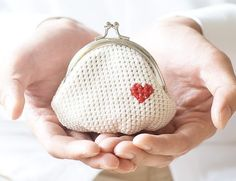 Crochet coin purse Love My Heart in white por studiowonjun en Etsy