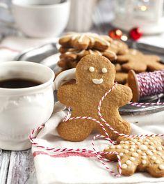 Gingerbread mannetjes zijn de ultieme kerstkoekjes. Maar ook kerstkoekjes in de vorm van kerstbomen, kransjes of rendieren zijn zó leuk om te maken! Bekijk onderstaande video's voor een lekkere dosis kerstinspiratie. Zie ook: ons recept voor de perfecte kerstkoekjes