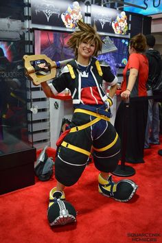 Amazing. I wonder how she did the pants.... I'm starting on a kh1 Sora cosplay and can't figure out the pants.