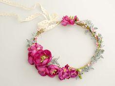 Ślubny wianek z kwiatów w odcieniach fuksji i zieleni.  Dostępny w sklepie internetowym Madame Allure.