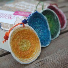 Lesezeichen aus Filz und verschiedenen Farben orange, blau, grün, rot. Das Muster wurde mit einem Faden in entsprechender Farbe gefertigt.