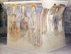 """Altare, Oratorio di San Benedetto, affreschi del XII secolo, Civate, Lecco  Sull'altare in pietra sono affrescati, sui tre lati, """"Cristo tra la Vergine e San Giovanni"""", """"San Benedetto"""" e """"Sant'Andrea""""."""