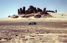 """Massif ruiniforme près de la frontière du Tchad, découvert et photographié en 1962 par la mission astronomique IGN dite """"La tournée de Bilma..."""