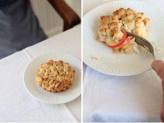 Mürbes Marzipan mit Apfel, gestreuselt und erblüht.