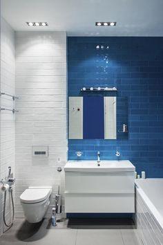 Синяя плитка, которой выложена одна из стен, придала индивидуальность этой…