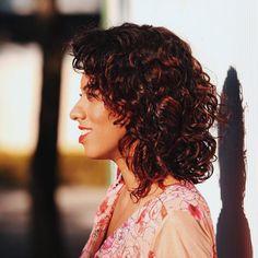 """Carla Lemos no Instagram: """"ando uma alegria só com todos esses comentários cheios de amor sobre meu cabelo novo  eu tô tão feliz, gente! me amando tanto e com a auto-estima na lua! hahaha ⚡️ e cês tem me perguntado sobre o cabelito e tô preparando um post inteirinho sobre ele! então, deixa aqui nos comentários sua dúvida ou pergunta que eu vou responder lá no post, viu ☺️ #curlyhair #cacheadas #modicesinspira"""""""