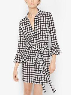 Este vestido cruzado personifica el glamour gráfico de la temporada y está confeccionado en seda con estampado de lunares. Las favorecedoras mangas de campana y la cintura con lazada acentúan su carácter femenino.