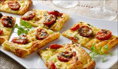 This pretty tart is lovely to serve as a light lunch or at a brunch, or cut it in smaller squares to serve as an appetizer. What To Cook, Tart, Waffles, Brunch, Appetizers, Breakfast, Ethnic Recipes, Sweet, Squares