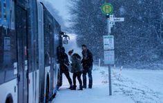 Dortmund hat den Winter und Schnee wieder - hier an Haltestelle Buchholz an der Syburger Straße.