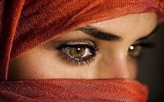 Indian women are famous for their striking eyes, thanks to kohl eyeliner. Kajal, commonly known as kohl, is made by mixing ashes and oil. While the eyeliner makes the eyes pop, people traditionally used it to deflect sunlight in the desert. Most Beautiful Eyes, World Most Beautiful Woman, Beautiful Ladies, Beautiful Pictures, Best Beauty Tips, Beauty Hacks, Arabian Eyes, Islam, Arabian Women