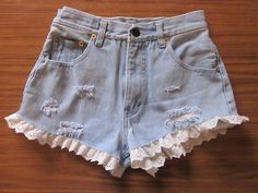 High waisted denim shorts with frillies! Shorts Jeans Branco, Denim Shorts, Look Short, Estilo Hippie, Lace Trim Shorts, Hippie Look, Patched Jeans, Chor, High Waisted Shorts