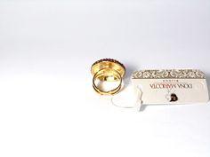 Anel modelo Bola, foleado, cravejado com Strass Swarovski   Cor: Fuscia  Dimenções : Aro = 18 mm (AJUSTAVEL) Parte superior = 25 mm  Sobre o Strass: Swarovski é o nome dado aos cristais mais conhecidos no mundo da moda por sua delicadeza, precisão e aparência luminescente.