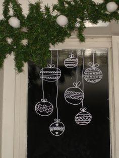 kerst-raamdecoratie-met-een-krijtstift