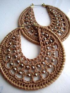 So many great ideas on this page for Crocheted Hoops - AlejandraJacoby - Long Earrings Crochet Earrings Pattern, Crochet Jewelry Patterns, Bead Crochet, Crochet Accessories, Diy Crochet, Crochet Crafts, Beaded Jewelry, Handmade Jewelry, Crochet Flowers