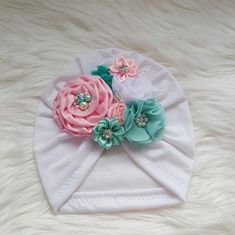 Turban with flowers in light pink and aqua Rose Embroidery, Silk Ribbon Embroidery, Embroidery Stitches, How To Make A Ribbon Bow, Diy Baby Headbands, Baby Turban, Baby Sewing Projects, Fancy Hats, Girls Bows