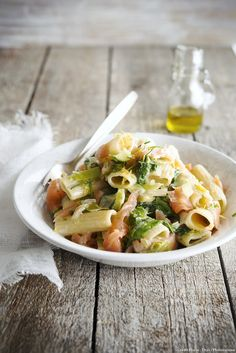 Rigatoni with smoked salmon, leeks and lemon zest - Seafods Recıpes Fish Recipes, Lunch Recipes, Pasta Recipes, Smoked Salmon Pasta, Pasta Salad, Italian Recipes, Food Porn, Food And Drink, Yummy Food