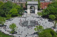Washington Square Park é um dos mais conhecidos parques entre os inúmeros parques existentes em Nova York. Possui 39.500m2 e é um marco em Manhattan no bairro de Greenwich Village. Este parque é também um local bastante conhecido como sendo ponto de encontro e de atividades culturais que ali se desenrolam. Localização e ambiente