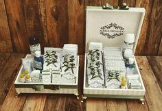 Verde folha para quem ama a natureza!! Conjunto completo de caixas para toalete em marfim e verde.  Informações: atelieflordeamora@gmail.com