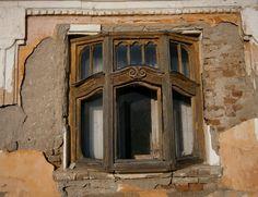 """Prozor, isturen ka spolja, iz ravni uličnog dela fasade, kako bi se kroz njega moglo videti više nego kroz običan prozor ili jednostavno –kibic fenster. Bio je glavni statusni simbol dobrostojećih kuća u XVIII i XIX veku. Kod nas se prvi put pojavio u Vojvodini, mada se može videti i u ostatku Srbije (stari deo … Continue reading """"U ŠALI GA NAZIVAJU PRETEČOM VIDEO NADZORA: """"Kibic  fenster"""" – davao je široke vidike na varoška dešavanja"""""""