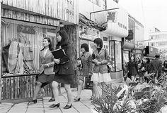 '해방이후~1950년대'   1945년 해방을 맞으면서 일제에 의해 통제받던 복식제도에 반발하여 한복을 많이 입었다. 하지만 한국전쟁을 거치며 미국에 의해 들어온 구호폼 의복으..