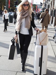 Teljänneito: Travel outfit w Balmuir scarf, Dior sunglasses, Louis Vuitton Neverful GM and Rimowa