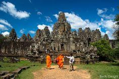 Siem Riep, Camboya. El futuro y el pasado se dan la mano de una forma Hermosa en la antigua ciudad de Siem Riep. Los mundialmente famosos templos de Angkor Wat (construidos en el siglo XII) continúan atrayendo a cientos de miles de viajeros, mientras que el país implementa un plan de conservación moderno para asegurar su conservación para las generaciones futuras. Y  los visitantes siempre pueden relajarse en uno de los modernos y nuevos resorts después de volar al renovado aeropuerto.