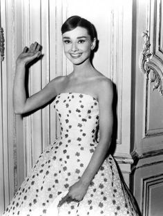 #VaselineBeautyTips Audrey Hepburn Outfit, Audrey Hepburn Mode, Audrey Hepburn Photos, Audrey Hepburn Fashion, Audrey Hepburn Birthday, Audrey Hepburn Funny Face, Hollywood Glamour, Classic Hollywood, Hollywood Style