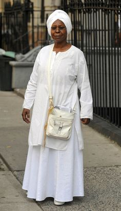 Whoopi Goldberg Photos - Whoopi Goldberg dresses in religious costume to film a project. - Whoopi Goldberg Films a Scene Black Actresses, Actors & Actresses, Kandi And Todd, Native American Images, Whoopi Goldberg, Black History Facts, Successful Women, Best Actress, Celebs