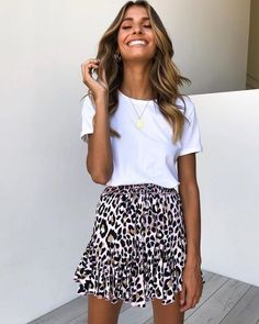 Sommeroutfit weies hemd leopardenrock goldkette schmuck mdchen langes haar wellen source by sottidis white shirt outfit sommer outfits sommer outfits source by Mode Outfits, Trendy Outfits, Fashion Outfits, Warm Outfits, Fashion Clothes, Spring Summer Fashion, Spring Outfits, Summer Skirt Outfits, Summer Skirts